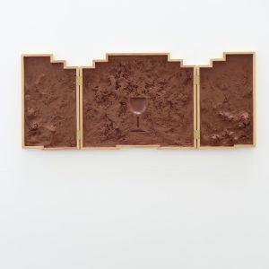 Retable, 2018, Argile qui ne sèche pas, bois, 180 x 65 x 20 cm